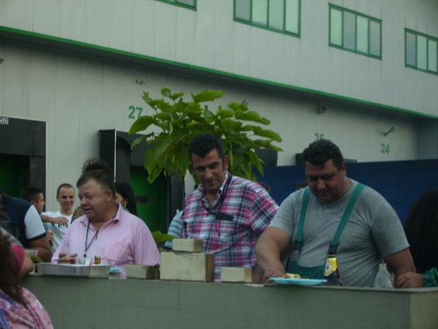 Стоян Стоянов стои близо до своя екип и се грижи за доброто настроение.