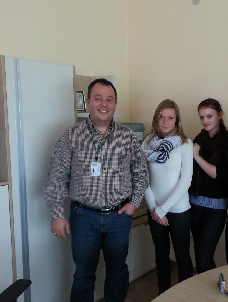 Явор Панталеев, прокурист на ОЙРОШПЕД Груп, със Сали Шьон и Ксения Абт преди отпътуването им за Германия.